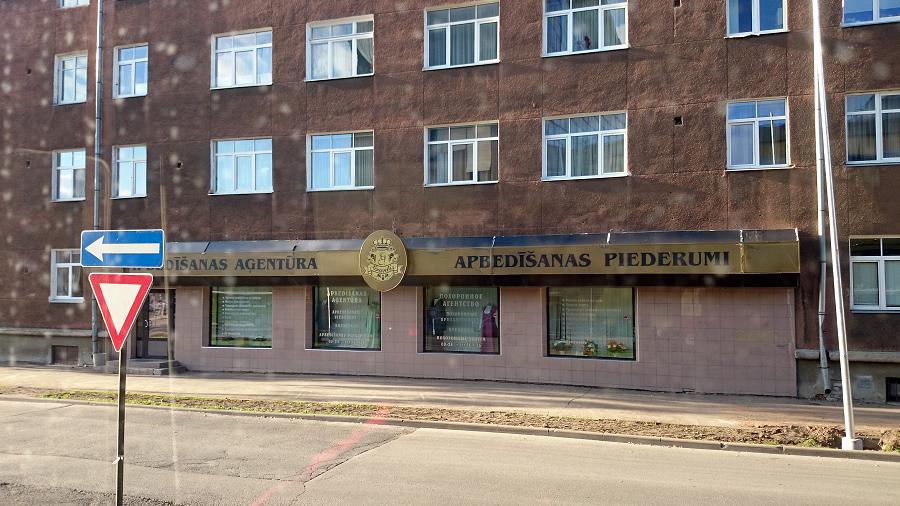 Tikai Daugavpils var lepoties ar tik milzīgu apbedīšanas pakalpojumu biroja izkārtni. Citās Latvijas pilsētās cilvēki ir nedaudz pieticīgāki.