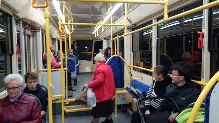 Iekšpusē jaunais Daugavpils tramvajs izskatās kā sūdīgi sakompresēts Rīgas Satiksmes trolejbuss ar papildus bonusiem: dažādu līmeņu grīdu, samērā šaurām durvīm un iespēju nomaskēties dzeltenas krāsas apģērbā.