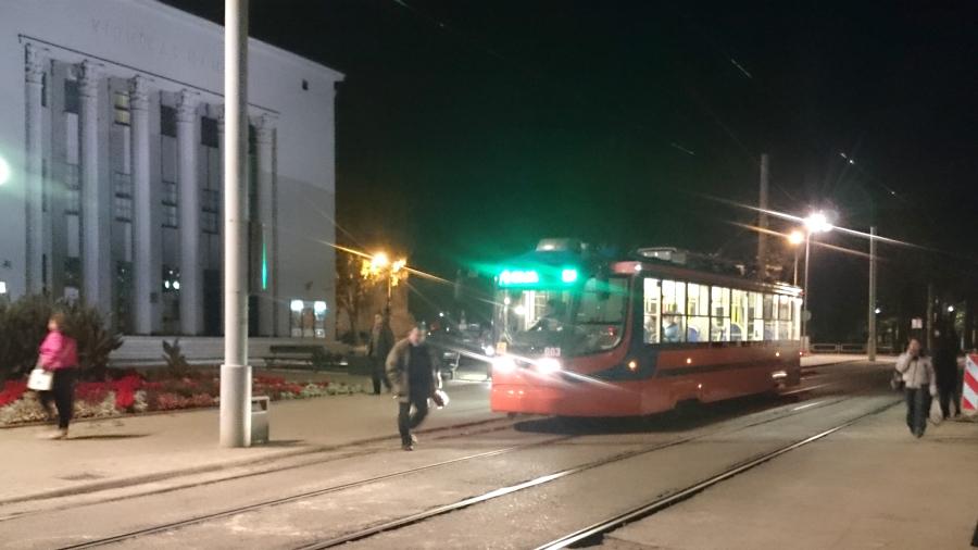 Daugavpils jaunais tramvajs pieturā pie teātra ēkas.