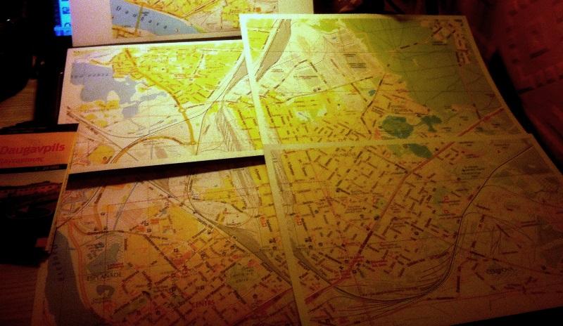 Jāņa Sētas Daugavpils karte un tās pirātiskā versija palielinājumā.