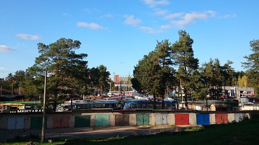 Visi vecie, vidēji vecie, klibie, slimie un veselie Daugavpils tramvaji atdusas šajā tramvaju depo Ķīmiķu ciematā (Daugavpils rajona nosaukums). Jānis Džimmijs Bižāns ilgi nevarēja saprast, kur tieši atrodas ieeja būvmateriālu veikalā.