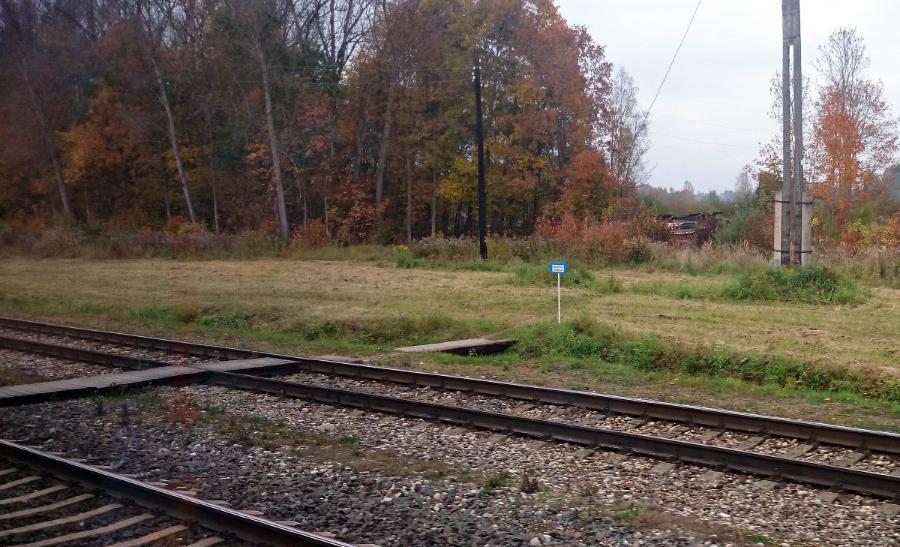 Visās mazajās stacijās uz improvizētās pārejas pāri sliežu ceļiem stāv uzraksts «Dienesta pāreja». Parastajiem mirstīgajiem ir jāšķērso sliedes nelegāli ārpus šīs pārejas.