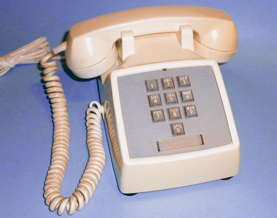 Western Electric 1500D modelis — pirmais pasaulē masveidā ražotais pogu telefons ar ciparu izkārtojumu, kādu mēs pazīstam mūsdienās.