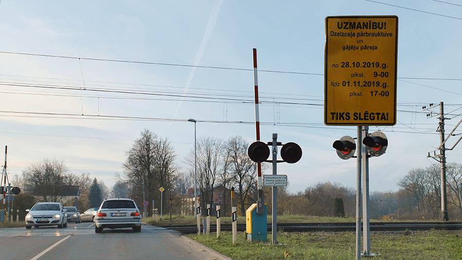 Skrīveru dzelzceļa pārbrauktuve un paziņojums par pārejas slēgšanu.