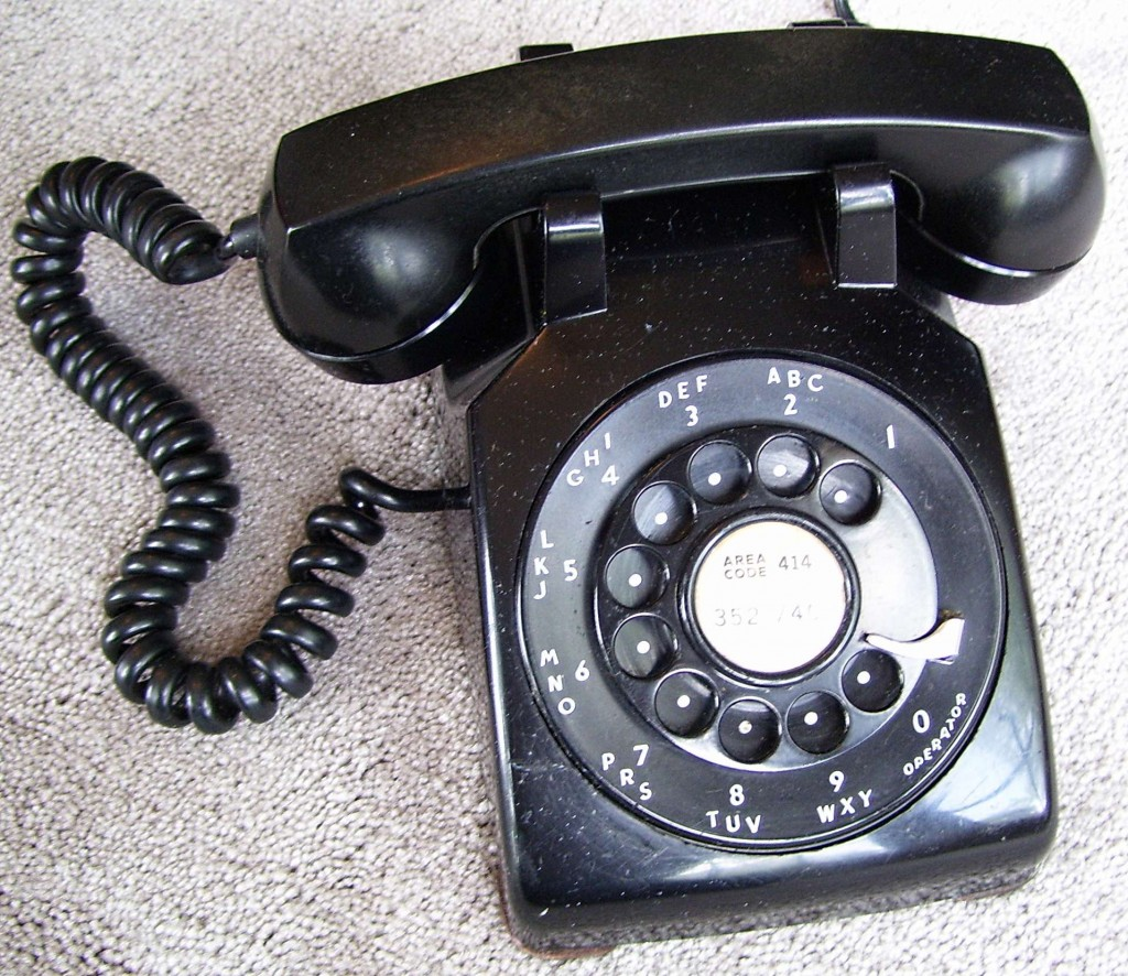Western Electric 500 sērijas 1951. gada telefona modelis. Zinātniekiem tika dots uzdevums visergonomiskāk izvietot zvanīšanas pogas ~11 cm diametra caurumā, kurā atradās ripa, lai varētu izmantot uz to brīdi populārāko telefona modeļa korpusu pogu telefona prototipa izveidei.