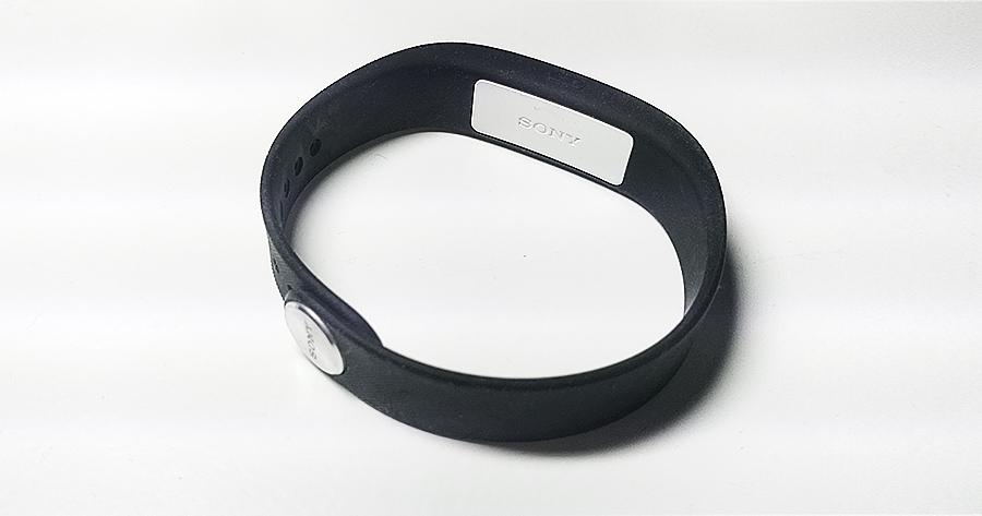 Sony SmartBand SWR10, kas vairāk kā pusgadu ir nomētājies atvilktnē.
