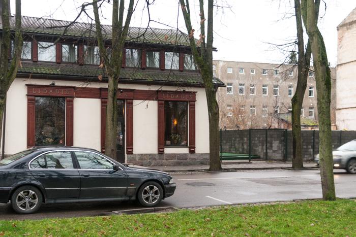 Betona žogs blakus restorāna ēkai.