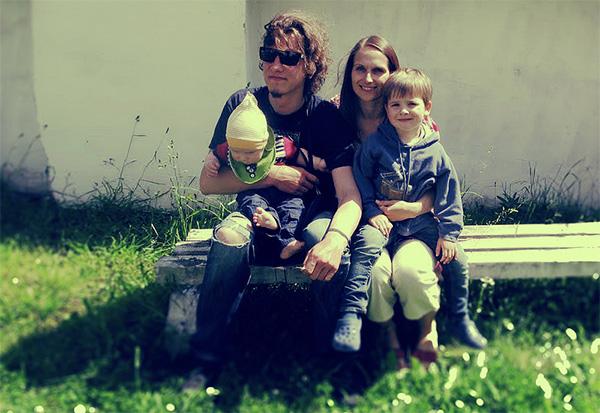Ar ģimeni.