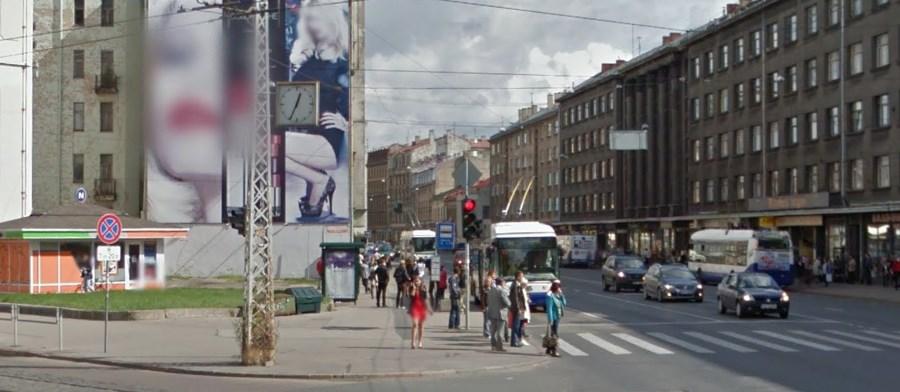 Ielas pulkstenis uz Brīvības un Miera ielas krustojuma. Google Street view ekrānšāviņš.