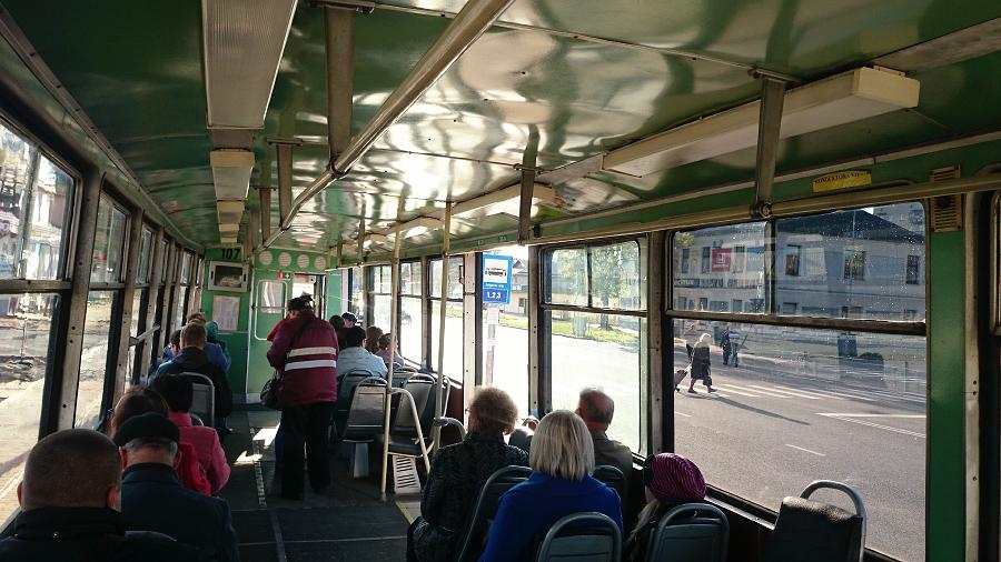 Salīdzinājumam pavisam vecā modeļa tramvaja salons no iekšpuses. Un acīgākie arī pamanīs, ka tramvaja pieturzīmes maršrutu numerācijā Rīgas Satiksmes jauno režģi ar cipariem pārspēja Daugavpils zirdzīgā lieluma cipari.
