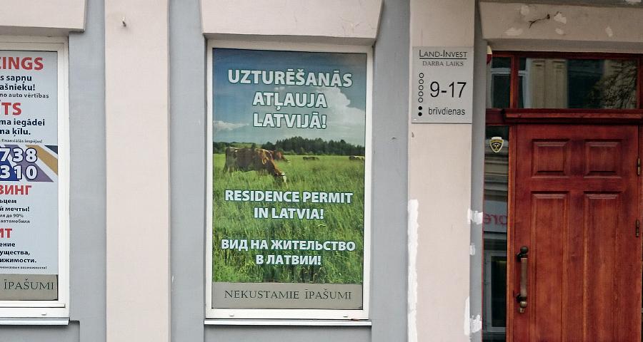 Pilsētas centrā kantoris Land-Invest uzturēšanās atļaujas Latvijā tirgo govīm.