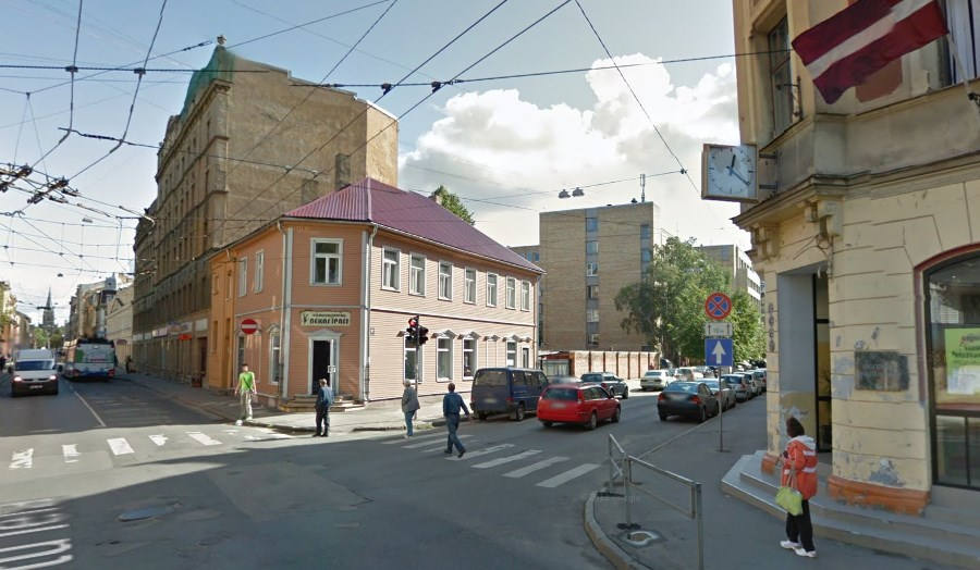 Ielas pulkstenis uz Avotu un Stabu ielas krustojuma. Google Street view ekrānšāviņš.
