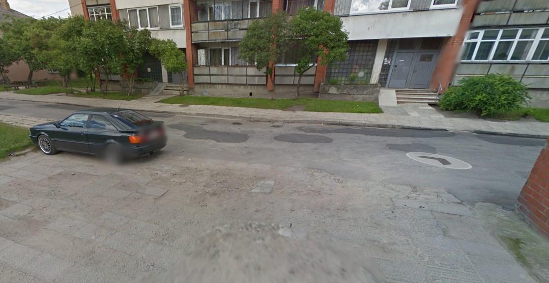 Jelgava. Puķu iela. Daudzdzīvokļu pagalma teritorija.