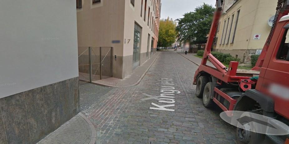 Kungu un trauksmes ielas krustojums ceļazīmes «Dzīvojamā zona» darbības zonā.