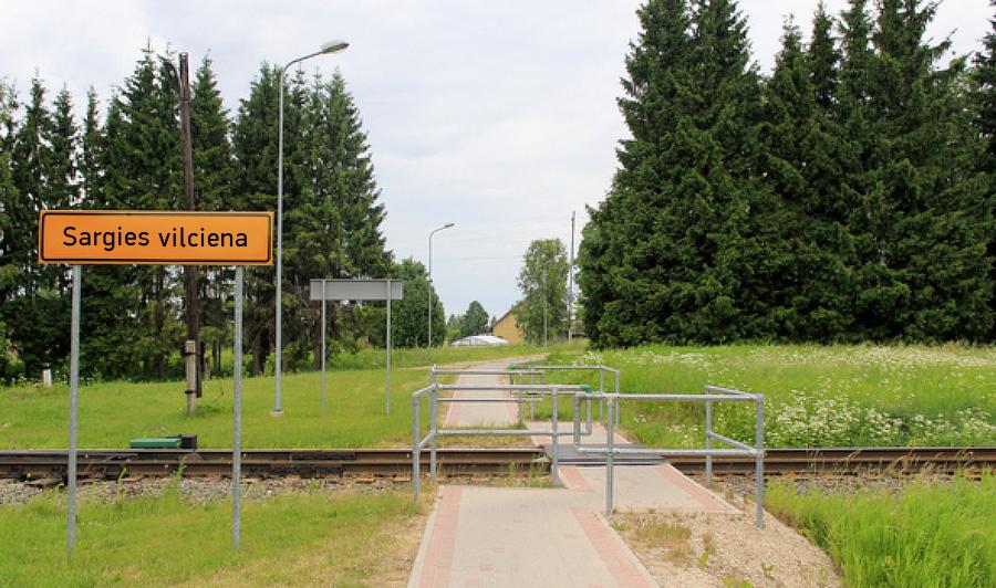 Augšlīgatnes dzelzceļa pāreja. Zīme «Sargies vilciena» mrserge.lv versijā.
