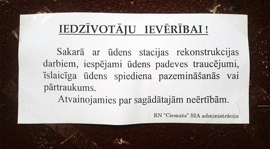 Iedzīvotāju ievērībai RN «Ciemats» SIA lapiņa pie kāpņutelpas durvīm.