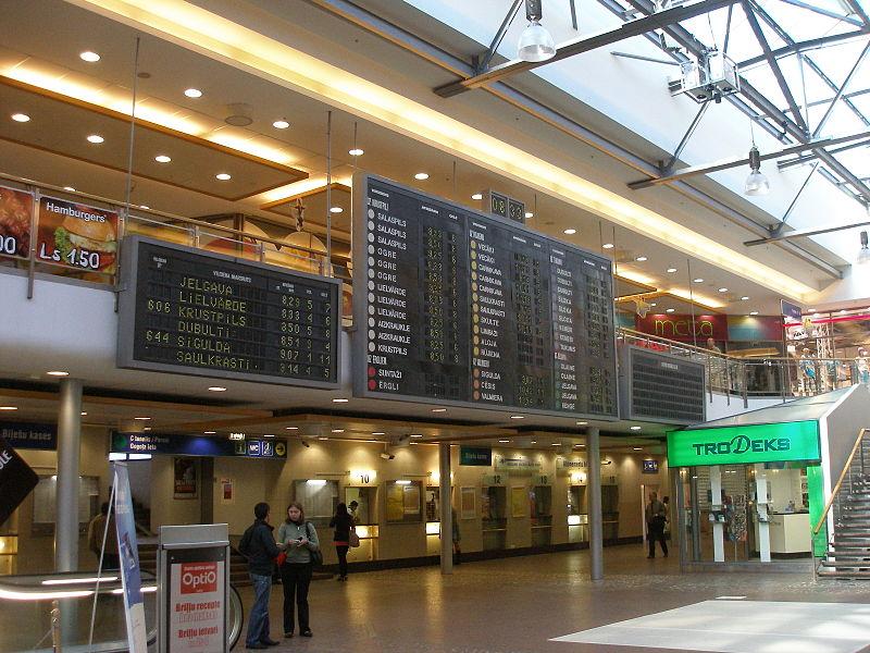 Rīgas centrālās stacijas flip-dot informācijas panelis. Foto: Jānis Vilniņš.