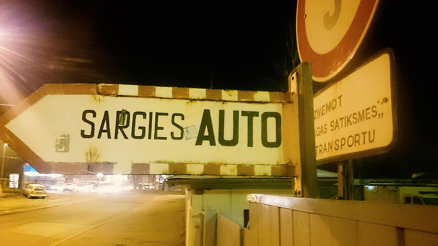 Sargies auto zīme pie tramvaju depo uz Brīvības ielas.