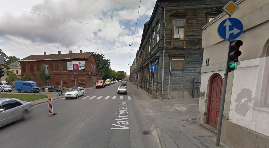 Valmieras iela. Regulējama izbraukšana no Rīgas piensaimnieka teritorijas.