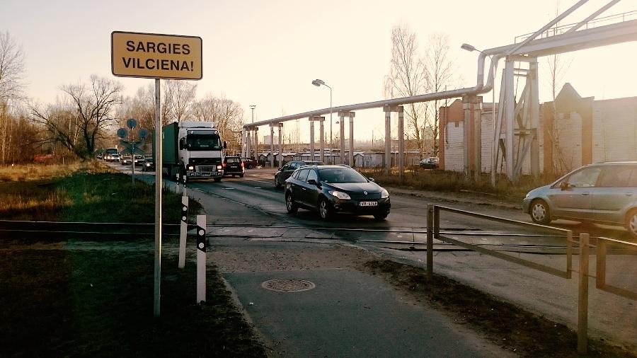 Sargies vilciena zīme Krustpils ielā.