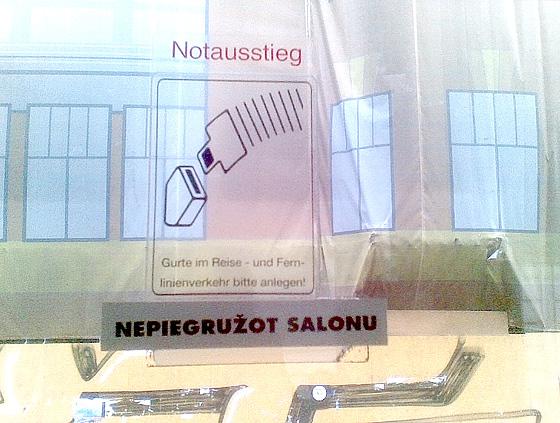Galss buss. Informatīvās zīmes uz autobusa loga.