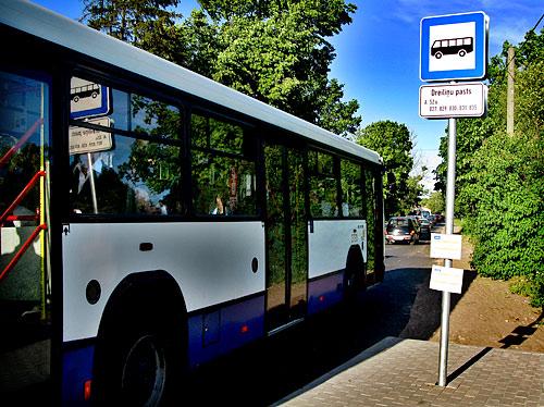 Autobusa pietura pirms Dreiliņiem