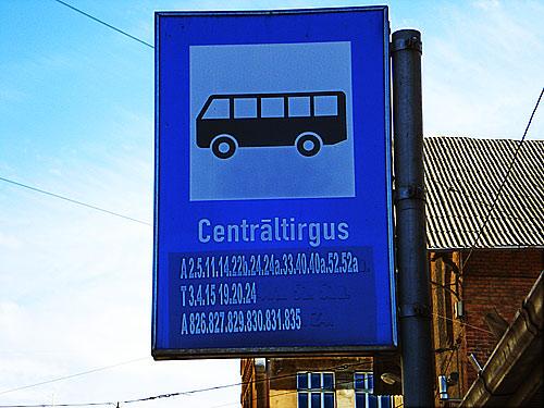 Autobusu pieturas zīme pie centrāltirgus