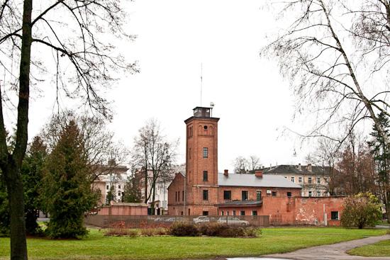 Ugunsdzēsēju stacija un vecais novērošanas tornis.