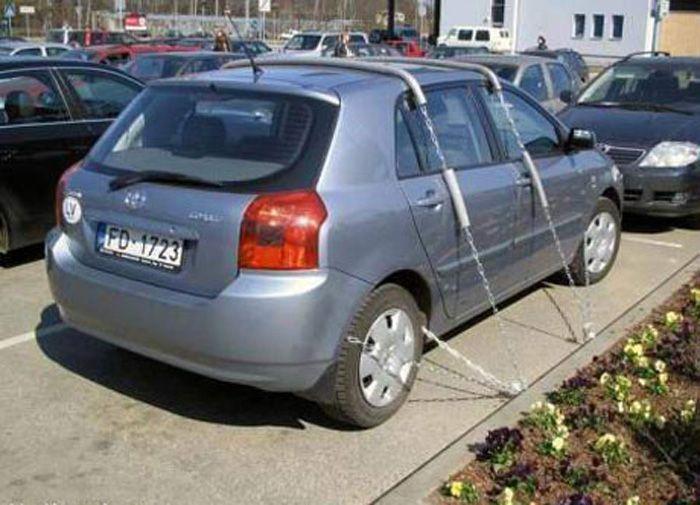 automašīna pieķēdēta piebortiņa