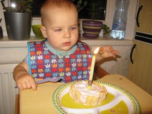 Jānis Džimmijs Bižāns ar torti un vienu svecīti gada jubilejā.