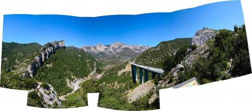 Brauciens uz Spāniju. Tilta skats ar panorāmu uz kalniem.